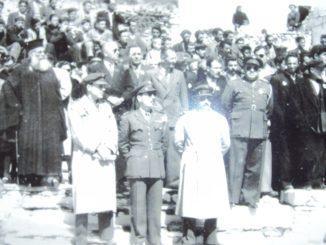 Η φωτογραφία είναι από την Εθνική Εορτή της 25ης Μαρτίου 1953 στην Πλατεία της Ραψάνης.